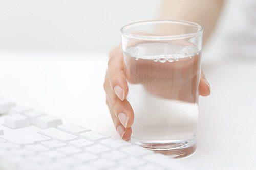Cho người bị ngộ độc thực phẩm uống nhiều nước, sau đó đặt ngón tay chặn xuống lưỡi để kích thích và nôn hết thức ăn ra ngoài