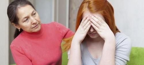 Mẹ cần có sự quan tâm đến con gái nhiều hơn, ngay lúc có những dấu hiệu bất thường, cần đi thăm khám, tìm hiểu nguyên nhân
