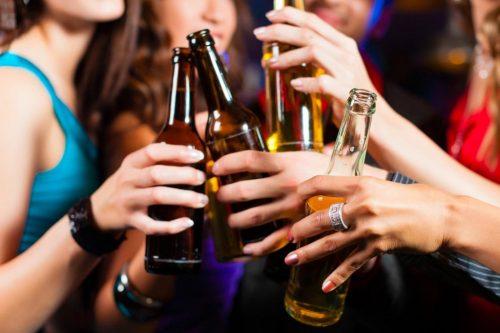 Người bị trào ngược dạ dày thực quản cần kiêng uống những đồ uống có chứa chất kích thích như: Rượu bia, nước ngọt có gas, cà phê...