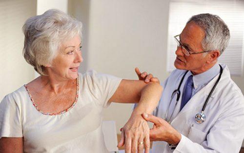 Bạn nên đến cơ sở chuyên khoa để được tư vấn khi bị đau xương cánh tay
