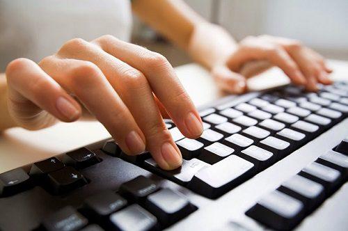 Hoạt động tay quá nhiều có thể gây bệnh viêm cơ khớp ở nhân viên văn phòng