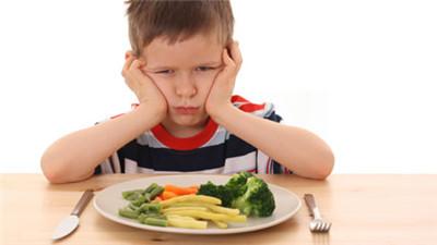 Trẻ bị ép ăn uống quá nhiều có thể bị đau dạ dày.