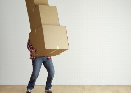 Nếu bạn thường xuyên phải mang vác đồ nặng, quá sức thì rất có thể đây chính là nguyên nhân khiến bạn lùn đi.