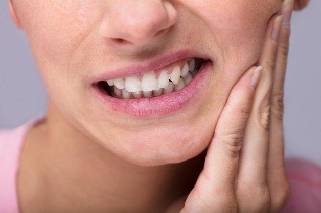 Nhiễm trùng được xem là nguyên nhân phổ biến hàng đầu gây ra những cơn đau nhức sau khi nhổ răng khôn.