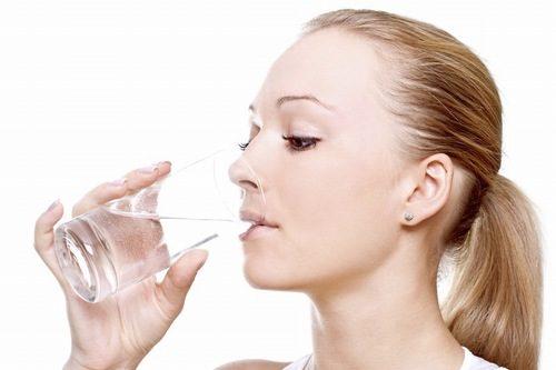 Uống nhiều nước là một trong những biện pháp giúp cải thiện tình trạng táo bón hiệu quả
