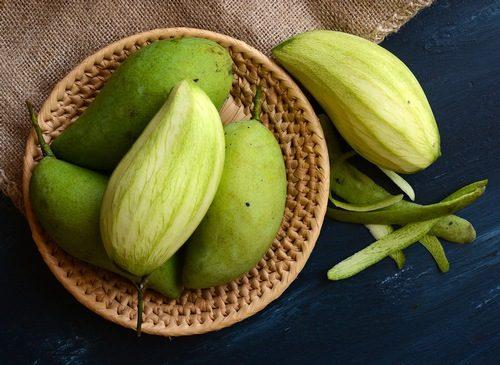 Người bị đau dạ dày không nên ăn các loại hoa quả có tính chua như xoài xanh, cóc