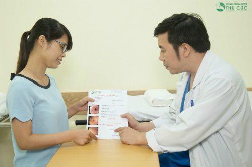 Người bệnh được bác sĩ tư vấn kỹ lưỡng về kết quả sau nội soi đại tràng