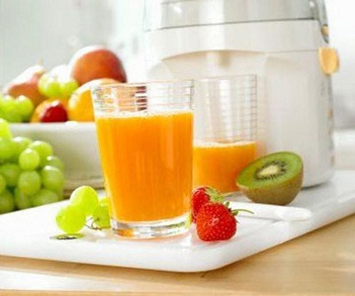 Mẹ bầu nên uống nhiều nước và nước ép trái cây