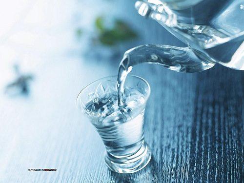 Uống nhiều nước giúp cải thiện tình trạng táo bón ở trẻ