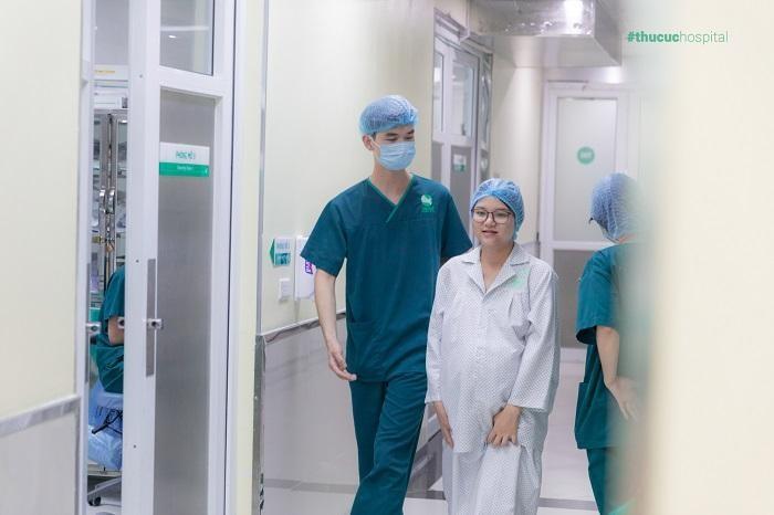 Ở lần sinh mổ thứ 2, mẹ nên theo dõi tình trạng của vết sẹo mổ cũ, thận trọng với những dấu hiệu bất thường và lựa chọn bác sĩ chuyên khoa đầu ngành giỏi