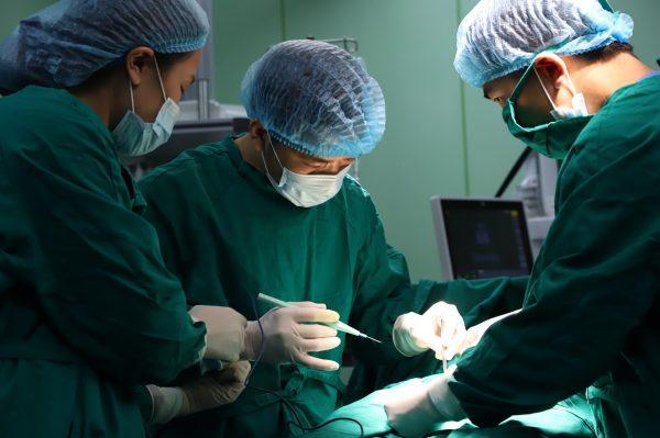 Phẫu thuật giãn tĩnh mạch thừng tinh được thực hiện khi người bệnh có kết quả xét nghiệm tinh dịch đồ bất thường.