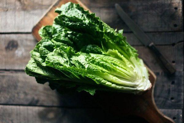 Rau lá xanh đạm màu là loại thực phẩm giàu vitamin A, K, khoáng chất đảm bảo hoạt động tuyến giáp