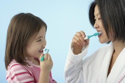 Không sử dụng chung vật dụng cá nhân, bàn chải đánh răng với người bệnh sẽ giúp phòng ngừa vi khuẩn HP hiệu quả