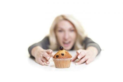 Tốt nhất các mẹ sau sinh không ăn bánh ngọt