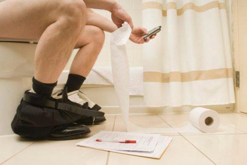 Đại tiện sai cách như đọc báo, xem điện thoại quá lâu cũng khiến bạn dễ bị táo bón
