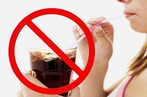 Trước khi nội soi đại tràng người bệnh cần làm sạch đại tràng bằng cách tránh đồ uống có ga