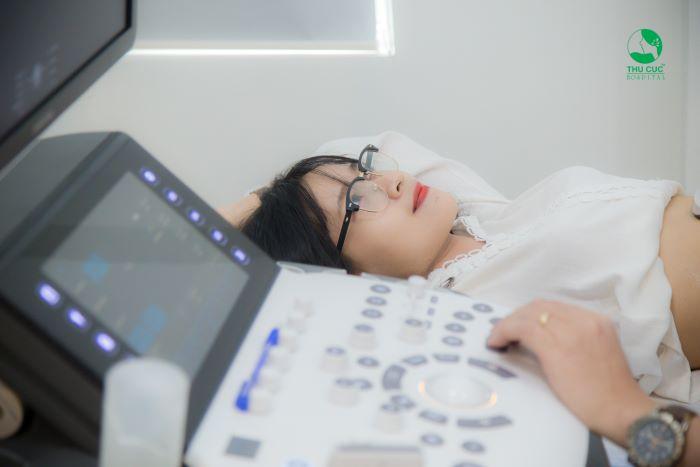 Để xác định vô sinh hiếm muộn, bác sĩ sẽ tiến hành thăm khám, xét nghiệm và siêu âm.