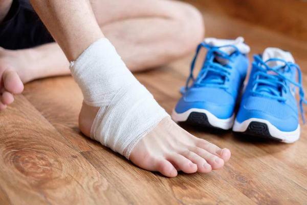 Rạn xương mác cẳng chân thường gặp do chấn thương, tai nạn