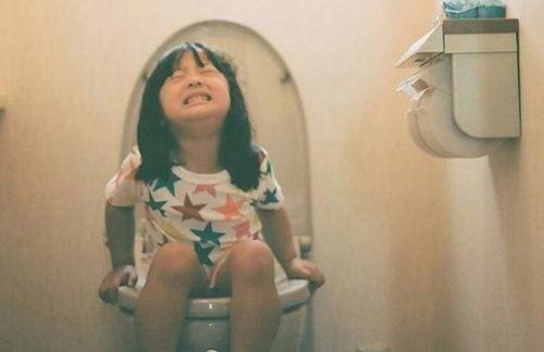 Đại tiện không đúng cách dễ khiến trẻ bị sa trực tràng.