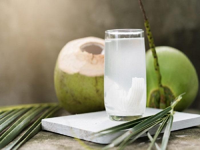 Sinh mổ có được uống nước dừa không