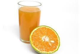 Nước cam giàu vitamin C giúp tăng cường hệ miễn dịch, củng cố thành mạch rất tốt cho người bệnh sốt xuất huyết. Bên cạnh nước cam, nước ép bưởi, nước chanh leo, nước ép bưởi, sinh tố dưa hấu... cũng rất giàu vitamin C.