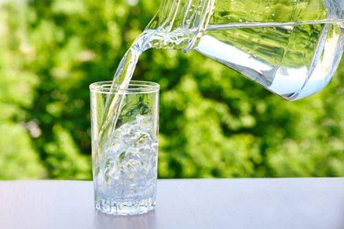 Sốt xuất huyết thường khiến cơ thể mất nước rất nhanh. Do đó, người bệnh cần phải được bù nước kịp thời bằng đường uống hoặc đường truyền tĩnh mạch. Uống nhiều nước lọc (2,5 -3 lít nước/ngày) là một trong những cách giúp bù nước kịp thời cho cơ thển người bệnh.