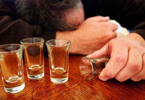 Rượu bia gây tác động xấu tới dạ dày, gây ra tình trạng đau, viêm loét dạ dày