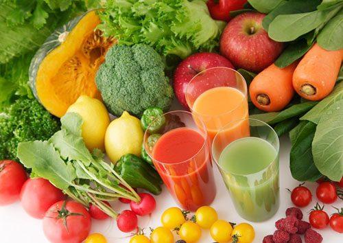 Để phòng bệnh táo bón cần uống nhiều nước và ăn nhiều rau xanh, củ quả nhằm bổ sung chất xơ..