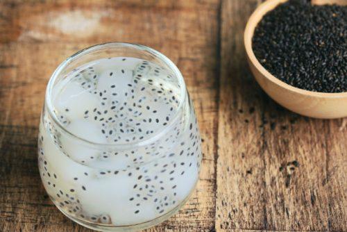 Hạt é còn có những tên gọi khác là trà tiên hay húng quế, và có tên khoa học là Ocimum basilicum L. Đây là một loại hạt thô, nhỏ, có vỏ cứng màu đen, khá giống với hạt chia và hạt mè đen (vừng)