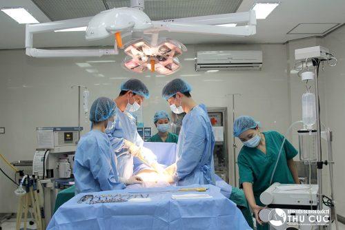 Các trường hợp thủng ruột, vỡ ruột, viêm phúc mạc sẽ được chỉ định phẫu thuật để xử trí đoạn ruột bị tắc nghẽn