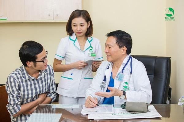Người bệnh đang được tư vấn tầm soát ung thư với bác sĩ giỏi bệnh viện Thu Cúc