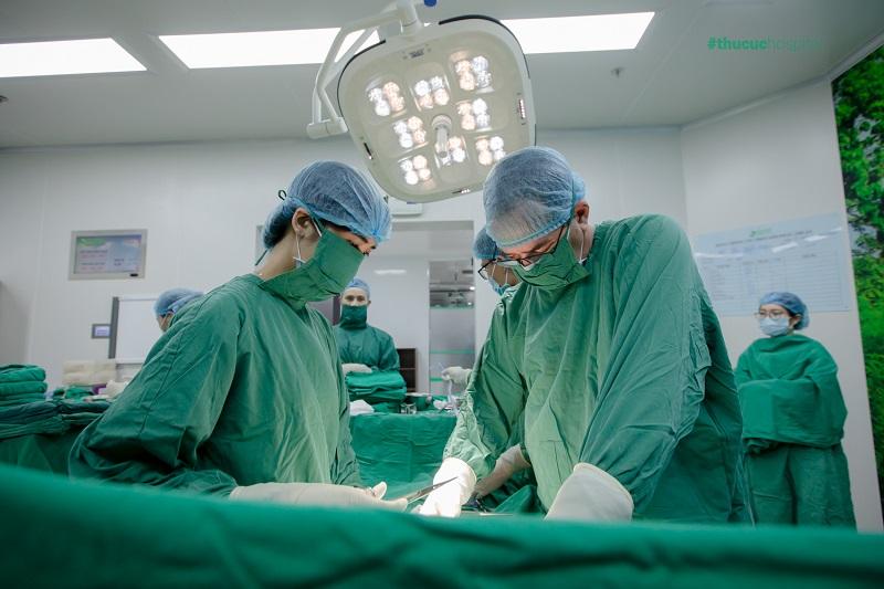 Ekip bác sĩ quốc tế William đang tập trung cho ca mổ.
