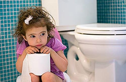 Bệnh táo bón thường gặp ở trẻ nhỏ.