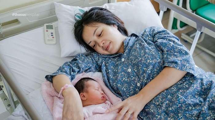 Mẹ bầu Thùy Dương chia sẻ: Mình hoàn toàn hài lòng với dịch vụ thai sản trọn gói tại Bệnh viện ĐKQT Thu Cúc, đặc biệt là đội ngũ bác sĩ và chế độ chăm sóc cho cả hai mẹ con trong thời gian lưu viện