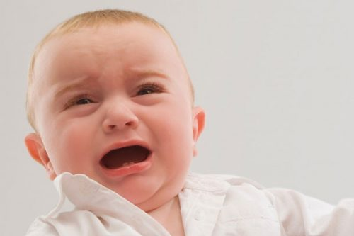 Trẻ bị thoát vị hoành bẩm sinh sẽ có biểu hiện khó thở, quấy khóc, ảnh hưởng tới sức khỏe