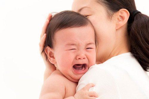 Khối thoát vị có thể to lên khi bé khóc, ho, ưỡn người để đi ngoài hay khi bé ngồi dậy.