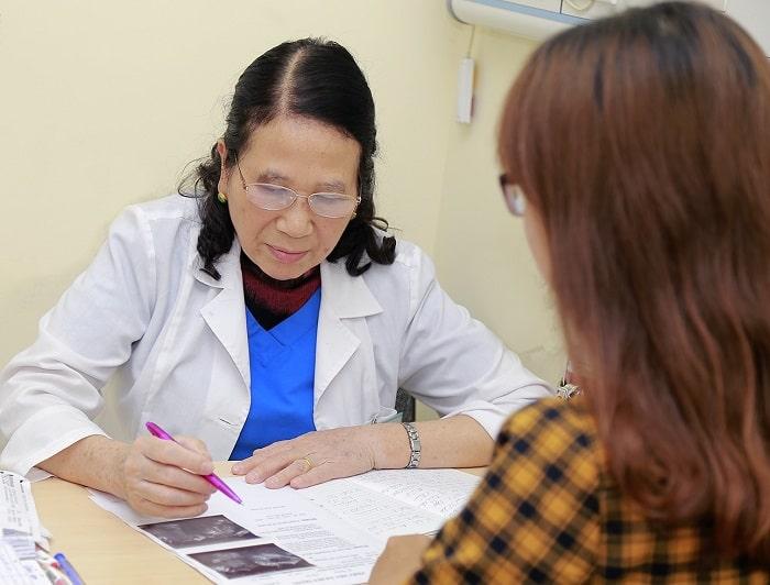 Chị em cần thông báo cụ thể tình hình sức khỏe, tiền sử bệnh cho bác sĩ trước khi phẫu thuật