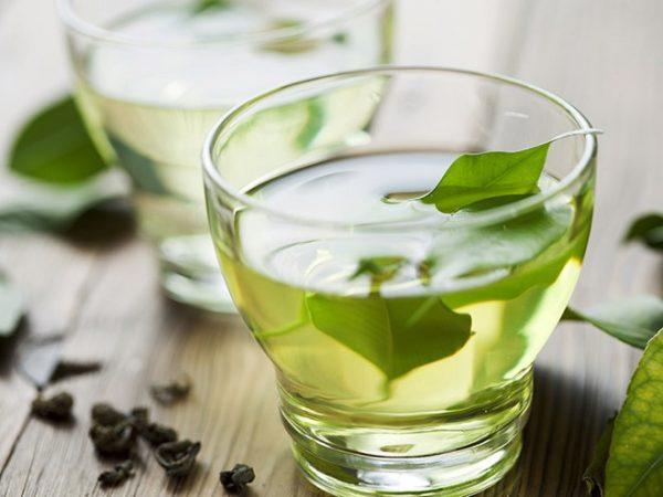 Một vài nghiên cứu chỉ ra, trà xanh chứa hợp chất epigallocatechin-3-gallate (EGCG) có khả năng giết chết tế bào ung thư vòm họng . Đồng thời không làm hại tới các tế bào lành tính xung quanh. Ngoài tác dụng tuyệt vời này, trà xanh còn có nhiều lợi ích khác cho cơ thể như giảm cân, giảm stress, lợi tiểu, tốt cho tim mạch…