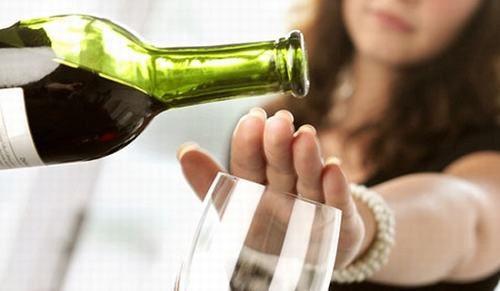 Người bệnh bị viêm đại tràng cần tránh uống rượu bia trong quá trình điều trị bệnh