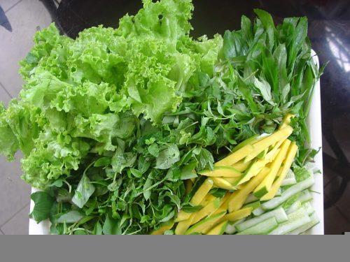 Người bệnh xuất huyết dạ dày cần tránh ănrau sống và những thực phẩm chưa được chế biến chín kỹ.