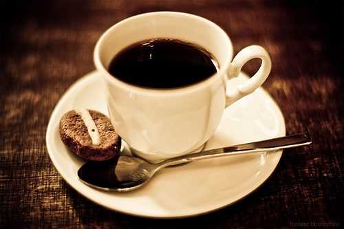 Khi bị đau bụng cần tránh sử dụng cà phê hoặc socola vì có thể làm tăng tình trạng đau