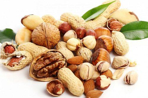 Các loại hạt như lạc, quả óc chó, hạnh nhân cũng nên bổ sung một lượng vừa phải để ngăn ngừa táo bón