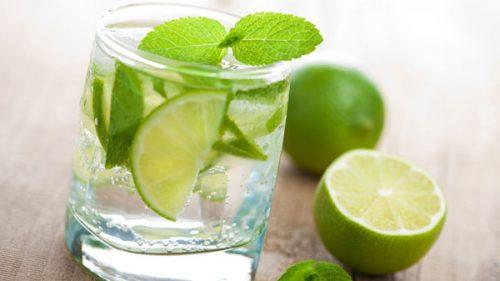 Uống một cốc nước chanh ấm pha chút muối vào buổi sáng giúp phòng ngừa bệnh táo bón. Nước chanh hỗ trợ làm sạch ruột, đồng thời muối sẽ giúp cho việc đại tiện dễ dàng hơn.