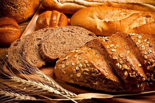 Các loại bánh mì ngũ cốc nguyên cám có chứa hàm lượng ít chất béo nhưng giàu chất xơ và carbohydrate phức hợp giúp làm giảm chứng táo bón