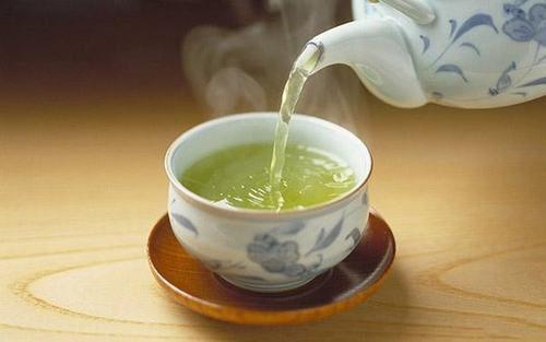 Trong trà xanh có chứa chất kháng viêm cũng như chất chống oxy hóa mạnh mẽ có công dụng chữa lành các vết viêm loét trong dạ dày,