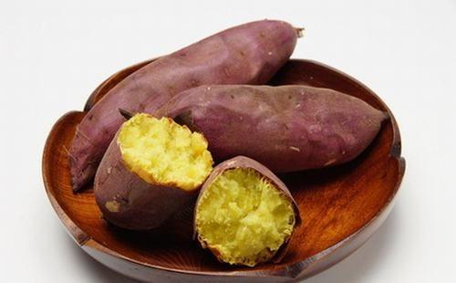 Khoai lang chứa nhiều chất xơ, vitamin B6, vitamin C, mangan