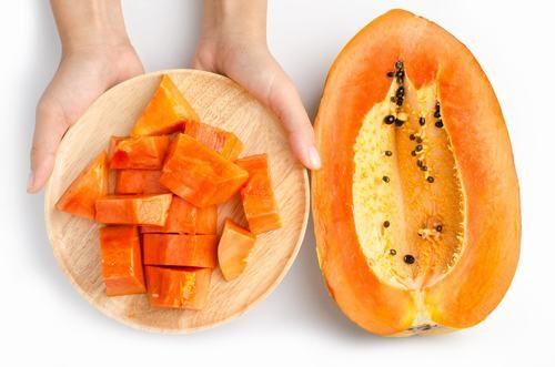 Người bệnh xuất huyết dạ dày nên ăn đu đủ chín bởi chúng giúp làm dịu dạ dày, ngừa táo bón hoặc chứng khó tiêu.