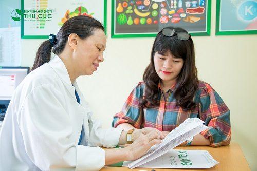 Bác sĩ bệnh viện Thu Cúc đang tư vấn thăm khám và điều trị bệnh cho người bệnh