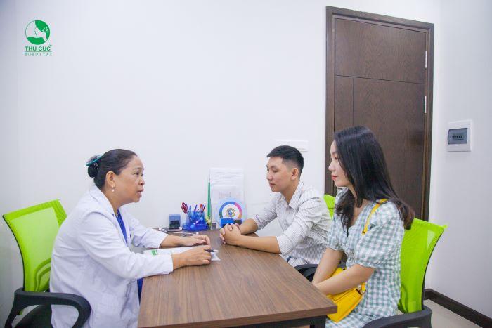 Bác sĩ của bệnh viện ĐKQT Thu Cúc đang tư vấn cho các cặp đôi.