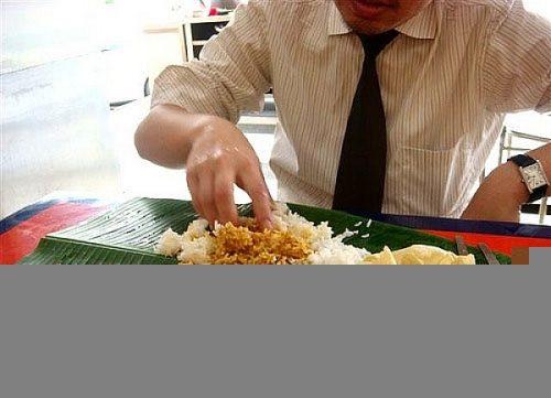 Con đường lây truyền bệnh lỵ amip cấp tính là do không vệ sinh tay sạch sẽ, thực phẩm không đảm bảo vệ sinh